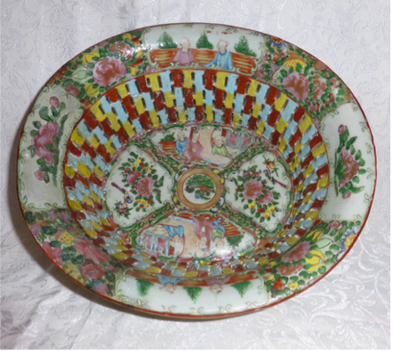 Famille Rose 19th Century lattice porcelain bowl